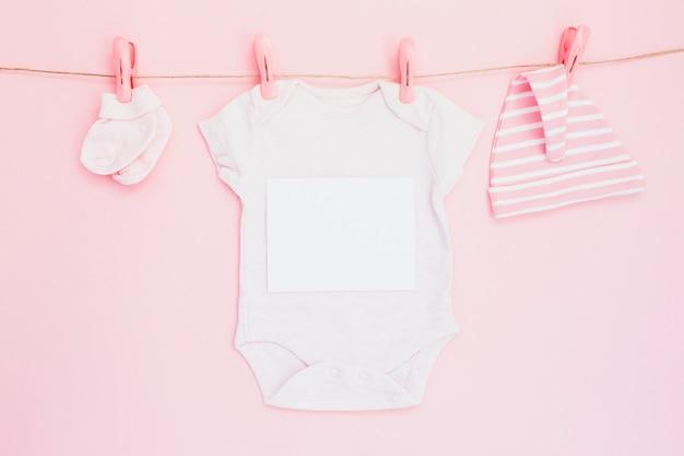 Vêtements enfantins composées sur ficelle