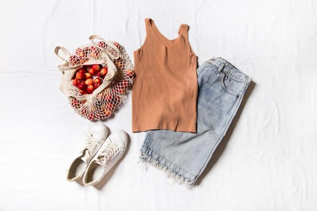 Vêtements d'été sur fond blanc tenue élégante pour femmes