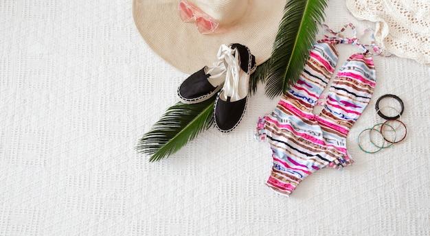 Vêtements d'été pour femmes de mode colorée à plat.