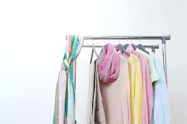 Vêtements féminins de base. tenue de printemps été. magasin, vente, concept de mode.