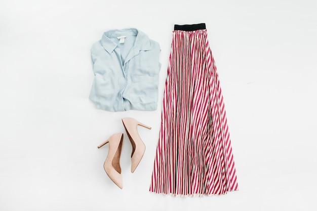 Vêtements femme: chemise en jean, jupe, chaussures à talons hauts sur surface blanche