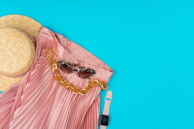 Vêtements femme à la mode flatlay sur fond bleu