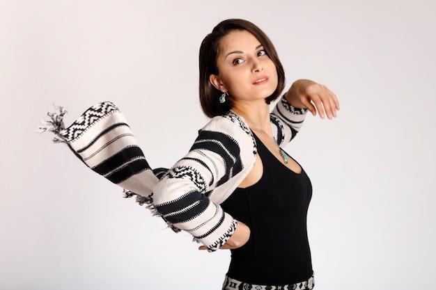 Vêtements imprimés ethniques sur une belle jeune femme de mode sur fond blanc.
