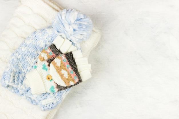 Des vêtements de laine chauds sur une surface blanche