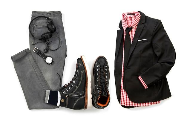 Vêtements de loisirs pour hommes sertie de botte noire, costume, chemise rouge, cravate, montre, écouteurs et jeans gris isolé sur fond blanc, vue de dessus