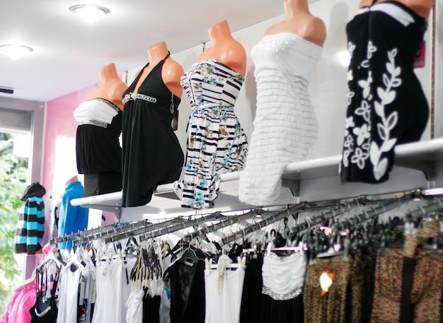 Vêtements en magasin