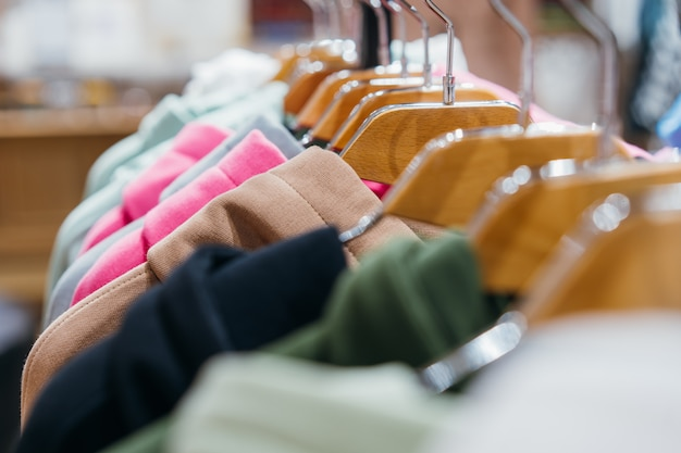 Vêtements de mode sur des cintres au salon