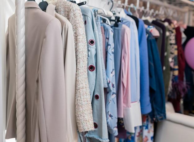 Vêtements à la mode dans une boutique