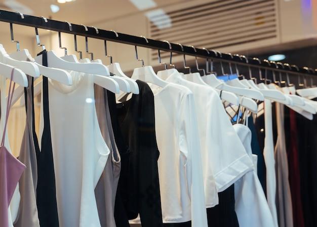 Vêtements de mode dans un magasin.