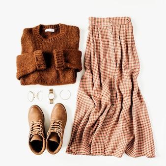 Vêtements de mode look composition avec pull marron, chaussures, jupe sur blanc