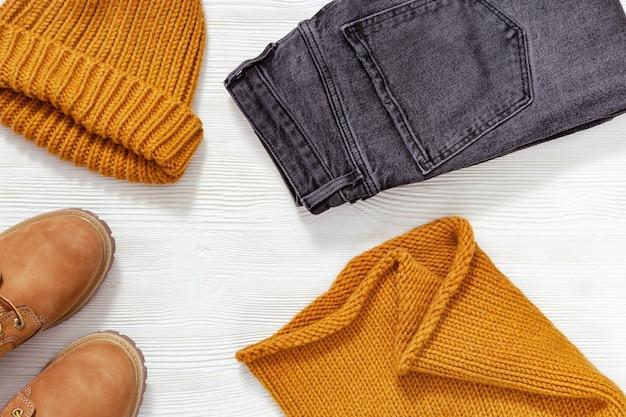 Vêtements de mode lumineux écharpe tricotée et bonnet chaussures en cuir confort de couleur orange et jean noir
