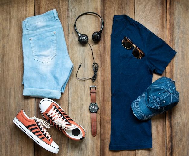 Vêtements de mode pour hommes sur bois, vue de dessus