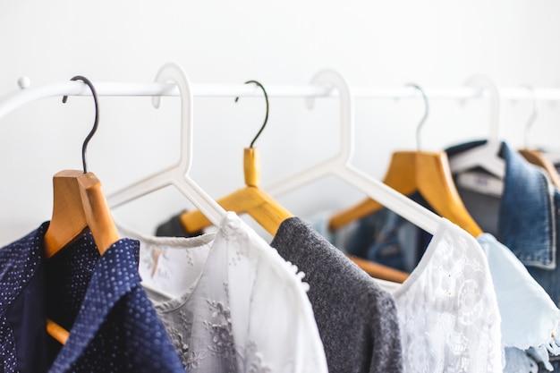 Vêtements sur penderie ouverte