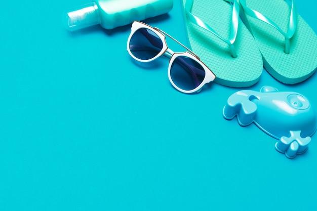 Vêtements de plage et accessoires sur fond bleu
