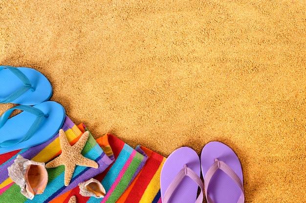 Vêtements de plage dans le sable