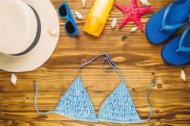 Vêtements de plage près des coquillages et des étoiles de mer