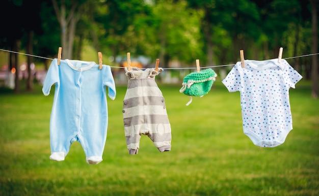 Vêtements pour enfants sur une corde dans le parc, les attentes du concept de naissance