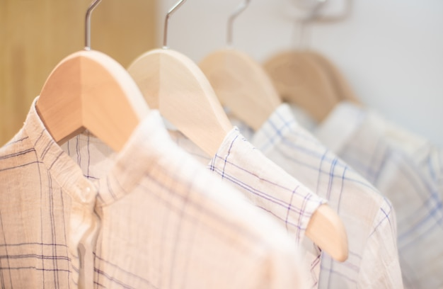 Vêtements pour enfants sur la corde à linge sur fond blanc