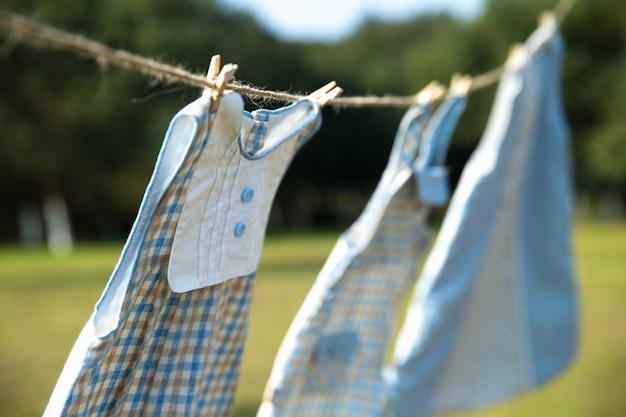 Vêtements pour enfants sur la corde à linge