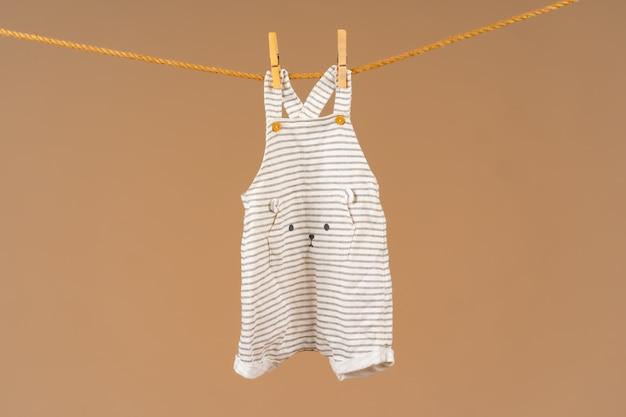 Vêtements pour enfants épinglés sur une corde à linge pour sécher