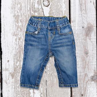 Vêtements pour enfants sur des planches en bois