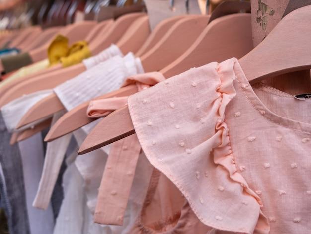Vêtements pour enfants sur rack sur le marché de la rue.