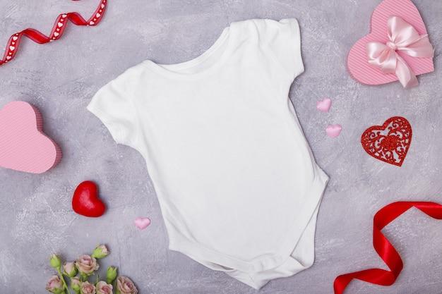 Les vêtements pour enfants se moquent à plat avec un décor pour la saint-valentin pour les logos et les textes