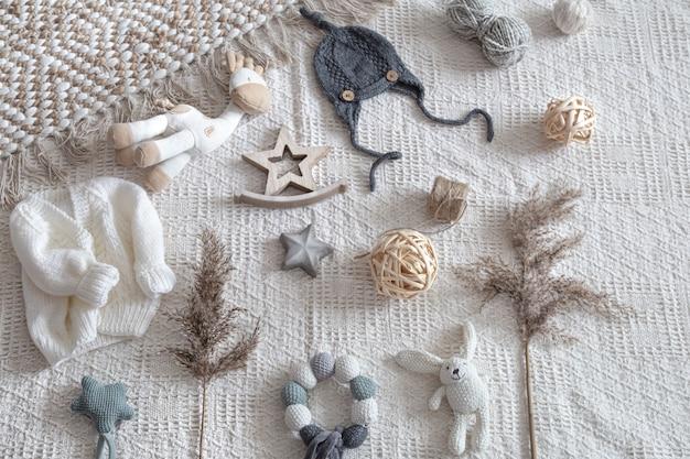 Vêtements pour enfants tricotés sur fond clair avec accessoires