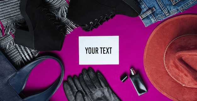 Vêtements pour femmes à la mode, chaussures, accessoires et morceau de papier blanc pour votre information sur fond rose. vue de dessus. copiez l'espace. style plat