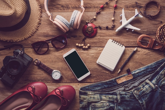 Vêtements pour femmes, placés sur un plancher en bois pour voyager