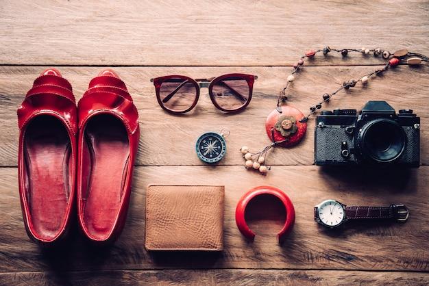 Vêtements pour femmes, placés sur un plancher en bois.
