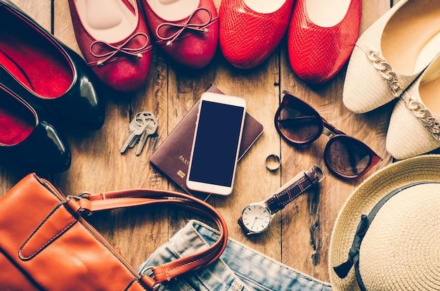 Vêtements pour femmes, placés sur un plancher en bois