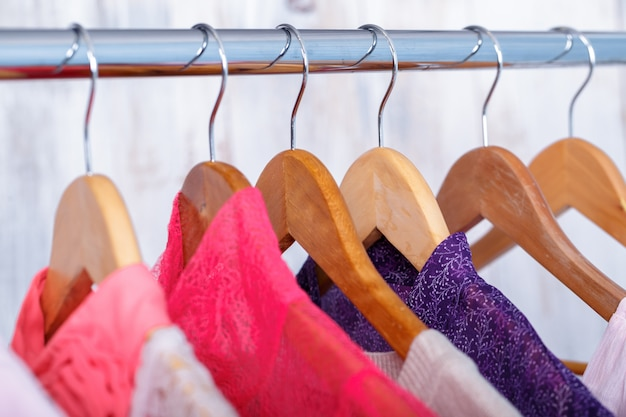 Vêtements pour femmes roses sur des cintres sur rack en magasin de mode. placard