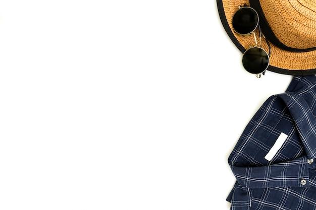 Vêtements pour hommes avec des chaussures marron, une chemise bleue et des lunettes de soleil sur blanc