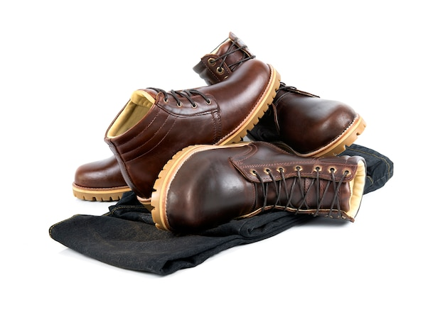 Vêtements pour hommes sertie de bottes marron et jeans isolés sur fond blanc.