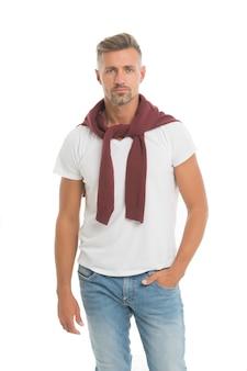 Vêtements pour hommes et vêtements à la mode. tenue quotidienne. magasin de vêtements modèle homme. l'homme a l'air beau dans un style décontracté. les gars avec des poils portent une tenue décontractée. bel homme posant modèle. notion de masculinité.