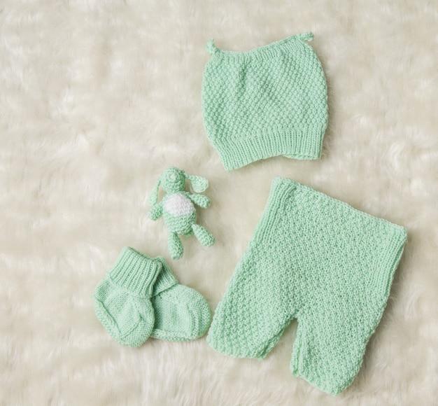 Vêtements pour nouveau-né, nouveau-né chapeau pour enfants chaussettes chaussons pantalons chaussures sur blanc