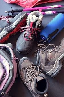 Vêtements de randonnée pour femmes et hommes, composés de bottes, d'un sac à dos, d'une bouteille d'eau et de cannes