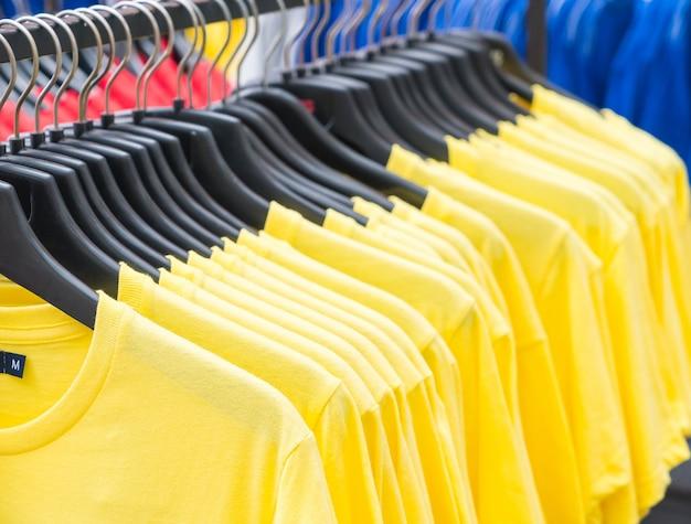 Les vêtements s'accrochent à l'étagère