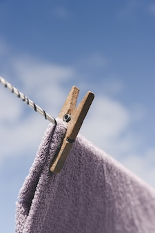 Vêtements séchant à l'extérieur. pince à linge en bois gros plan. vêtements suspendus corde.