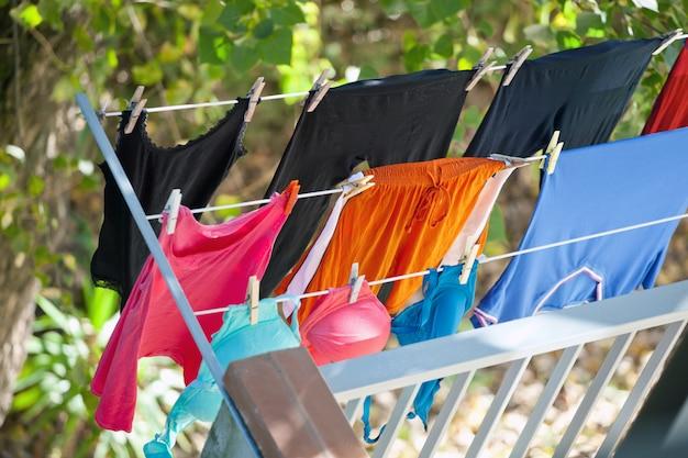 Vêtements séchés sur balcon