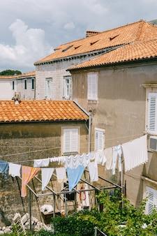 Vêtements séchés sur des cordes entre les bâtiments de la vieille ville de dubrovnik