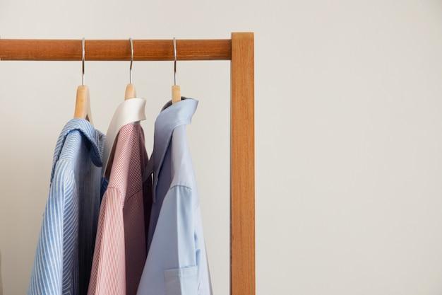 Des vêtements secs sont suspendus à un portant.
