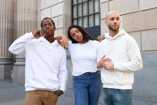 Vêtements simples blancs de style de rue pour hommes et femmes en plein air