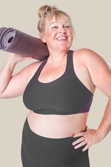 Vêtements de sport femme curvy positivité du corps avec tapis de yoga
