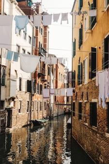 Vêtements suspendus sur un câble entre les maisons en béton