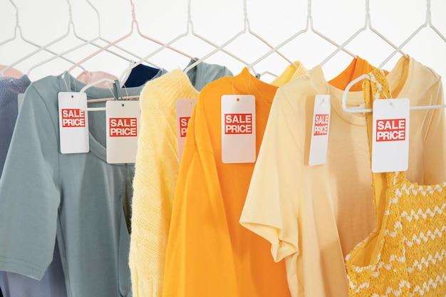 Vêtements suspendus sur des cintres dans le vestiaire