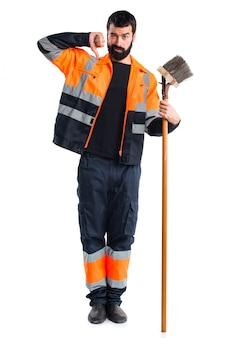 Vêtements de travail geste propre homme balayant