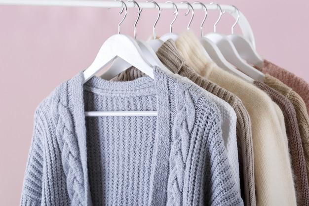 Vêtements tricotés chauds suspendus sur une grille