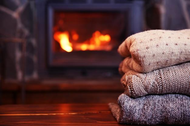 Vêtements tricotés sur table sur cheminée derrière